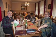 La masă cu invitaţi